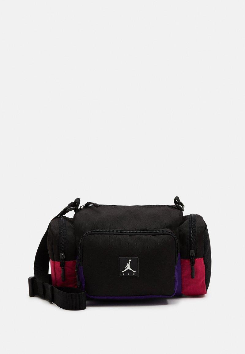 Jordan - JAN ALL GROUNDS CONVERTIBLE CROSSBODY BAG - Across body bag - black