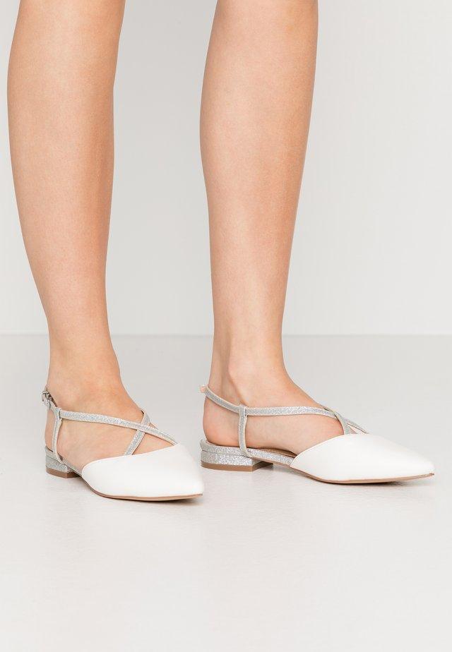 LEYA - Sandaalit nilkkaremmillä - white