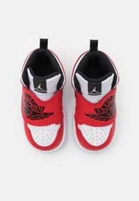 Jordan - SKY 1 UNISEX - Basketbalové boty - white/black/university red - 3