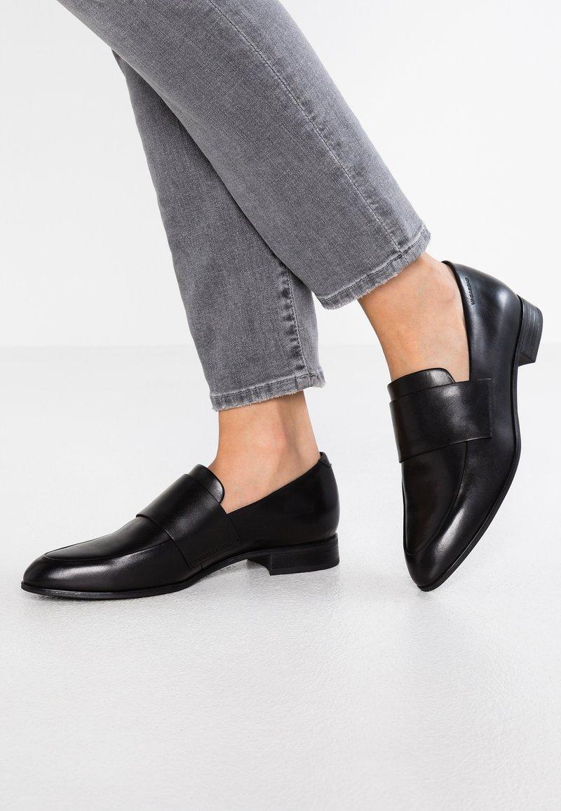 Vagabond - Slippers - schwarz