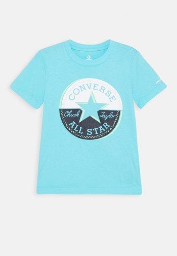 SHORT SLEEVE CHUCK PATCH GRAPHIC UNISEX - T-shirt imprimé - bleached cyan
