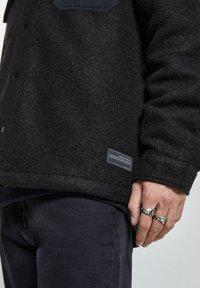 PULL&BEAR - Zimní bunda - black - 4