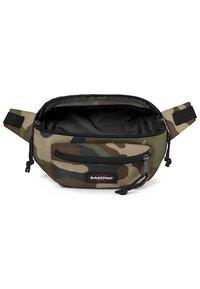 Eastpak - DOGGY BAG CORE COLORS - Bum bag - camo - 5
