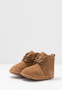 UGG - BABY NEUMEL & BEANIE SET - Baby gifts - chestnut - 3