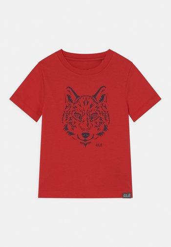 BRAND UNISEX - Print T-shirt - peak red
