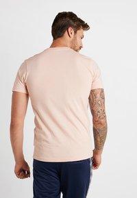 New Era - ESSENTIAL TEE - Print T-shirt - mottled pink - 2