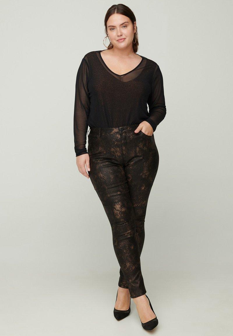 Zizzi - MIT SCHLANGENMUSTER - Trousers - black