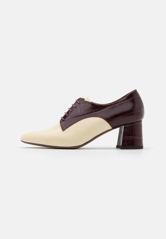 HEELED OXFORD - Korte laarzen - milk/burgundy