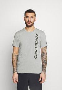 Nike Performance - BURNOUT - T-shirt z nadrukiem - particle grey/black - 0