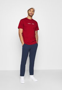 Tommy Jeans - STRAIGHT LOGO TEE - Printtipaita - wine red - 1