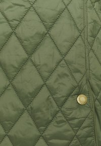 Barbour - HAYDOCK QUILT - Lehká bunda - bayleaf/pink olive tartan - 2
