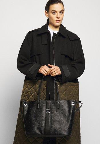 REVERSIBLE LIZ SHOPPER IN VISETOS - Handbag - black