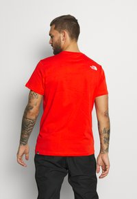 The North Face - MENS SIMPLE DOME TEE - T-shirt basic - fiery red - 2