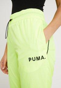 Puma - CHASE PANT - Pantalones - yellow alert - 4