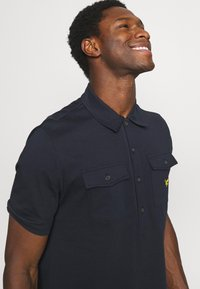 Lyle & Scott - TWO POCKET RELAXED FIT - Polo shirt - dark navy - 3