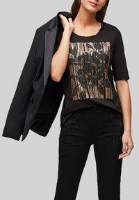s.Oliver BLACK LABEL - MIT PAILLETTEN - Print T-shirt - black sequins placed print - 4