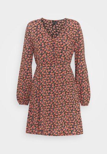 VMMILDA SHORT DRESS - Kjole - black/coral