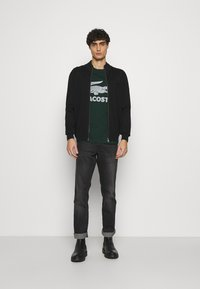 Lacoste - T-shirt med print - sinople - 1