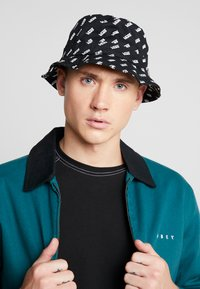 Vans - UNDERTONE BUCKET - Hattu - black retro vans - 1
