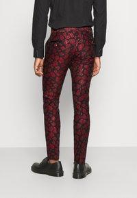 Twisted Tailor - FOSSA SUIT SET - Puku - black red - 4