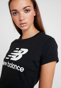 New Balance - ESSENTIALS STACKED LOGO TEE - Print T-shirt - black - 4