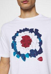 Ben Sherman - PLECTRUM TARGET TEE - Print T-shirt - white - 5