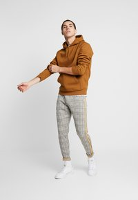 Carhartt WIP - HOODED CHASE  - Hættetrøjer - hamilton brown/gold - 1