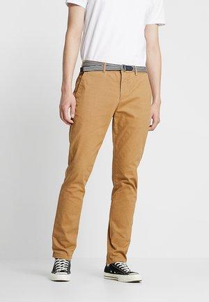 STUART WITH BELT IN STRETCH - Chino kalhoty - khaki