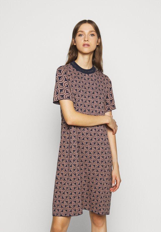 AGENZIA - Pletené šaty - light pink