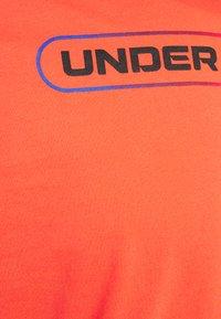 Under Armour - LOCKERTAG  - Camiseta estampada - red - 4
