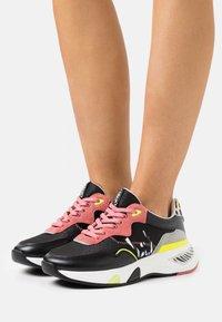 Liu Jo Jeans - HOA  - Sneakersy niskie - black/begonia - 0