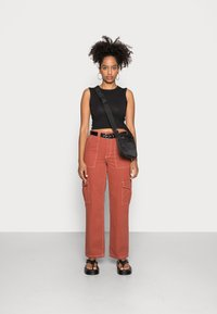 BDG Urban Outfitters - CONTRAST SKATE - Jeans relaxed fit - brick - 1