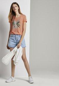 TOM TAILOR DENIM - MIT BRUSTPRINT - Print T-shirt - papaya neon orange - 1