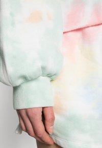 Abercrombie & Fitch - PRIDE CUTOFF CREW - Sweatshirt - white splouchy wash - 4
