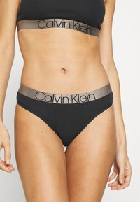 Calvin Klein Underwear - ICONIC THONG - Stringit - black - 0
