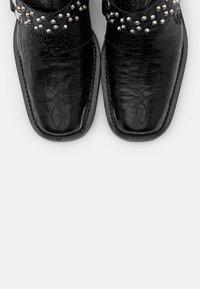 The Kooples - BOTTINES WESTERN CROCO - Kotníková obuv - black - 6