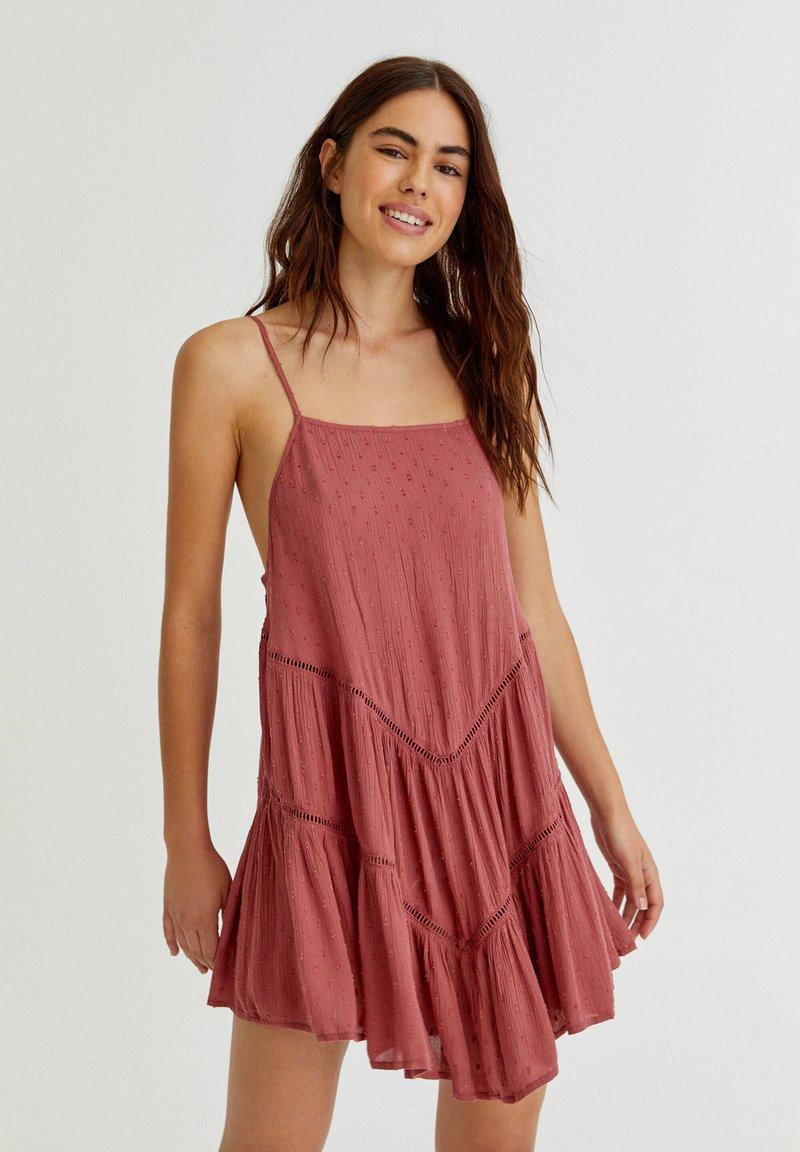 PULL&BEAR - PLUMETIS MIT CARRÉ-AUSSCHNITT - Day dress - red