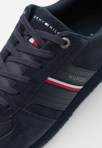 Tommy Hilfiger - ICONIC RUNNER - Trainers - desert sky - 5