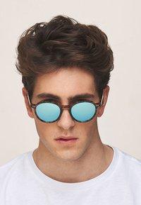 Meller - CHAUEN - Sunglasses - tigris sky - 1