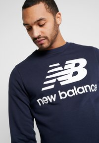New Balance - ESSENTIALS STACKED LOGO CREW - Sweatshirt - eclipse - 3