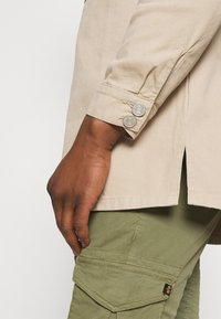 Mennace - AFTERMATH DOUBLE POCKET - Camisa - beige - 5