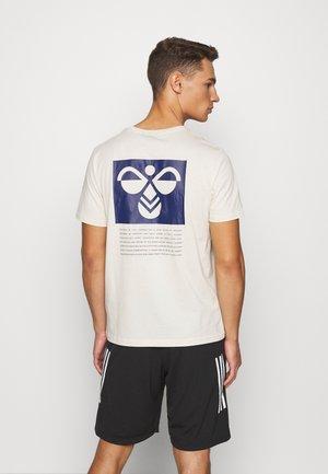 HMLKIRBY - T-shirts med print - bone white