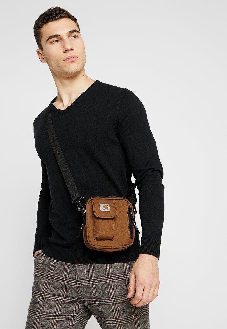 Carhartt WIP Essentials Bag Hamilton Brown