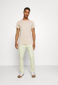 Tommy Jeans - SLIM JASPE C NECK - Basic T-shirt - smooth stone heather - 1
