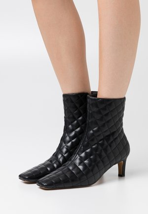 QUILTED EXTENDED SQUARED TOE BOOTS - Bottines - black