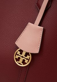 Tory Burch - PERRY TRIPLE COMPARTMENT TOTE - Velká kabelka - tinto - 3