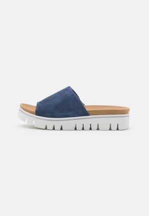 Sandalias planas - jeans