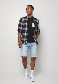 Tommy Jeans - CONTRAST POCKET TEE - T-shirt con stampa - black/white - 1