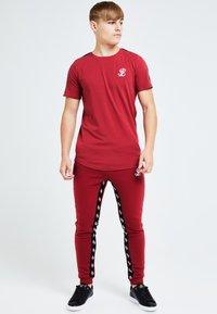 Illusive London Juniors - ILLUSIVE LONDON GRAVITY - Basic T-shirt - red - 0