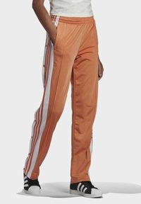 adidas Originals - ADIBREAK - Joggebukse - hazy copper - 2